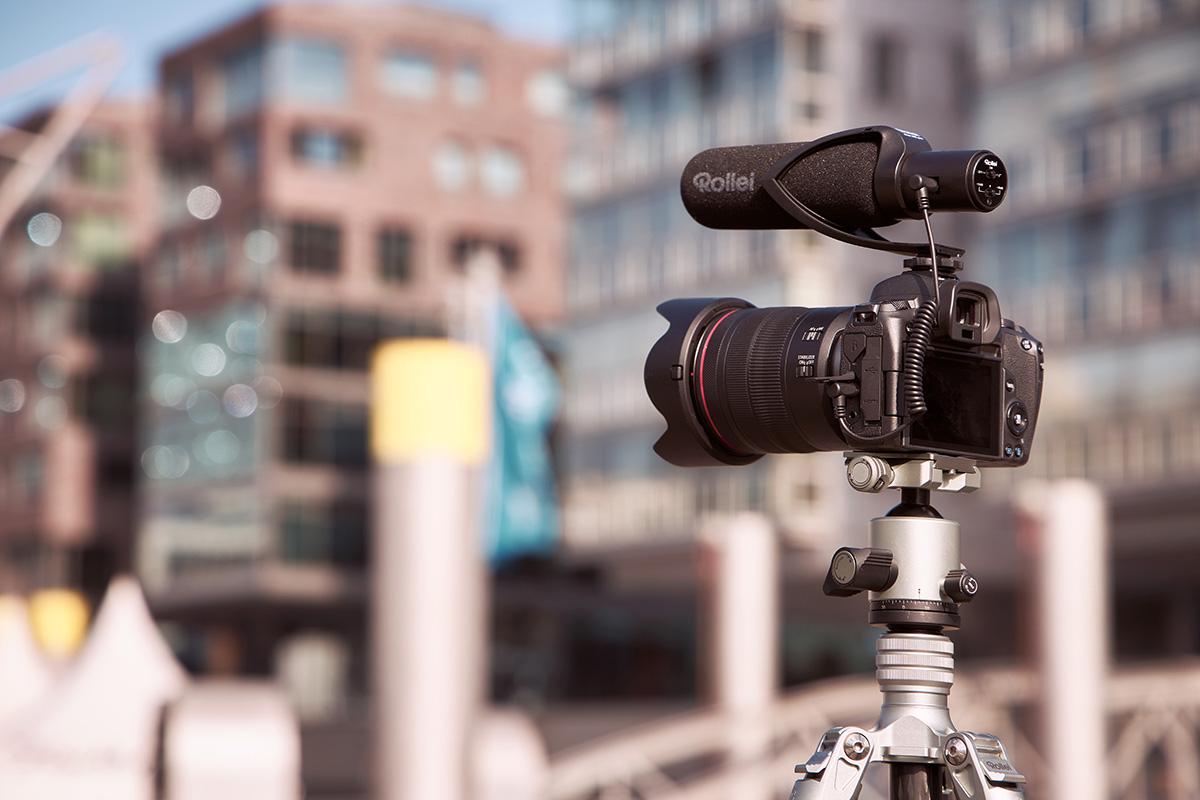 Das Rollei Hear:Me Pro montiert auf einer Kamera.