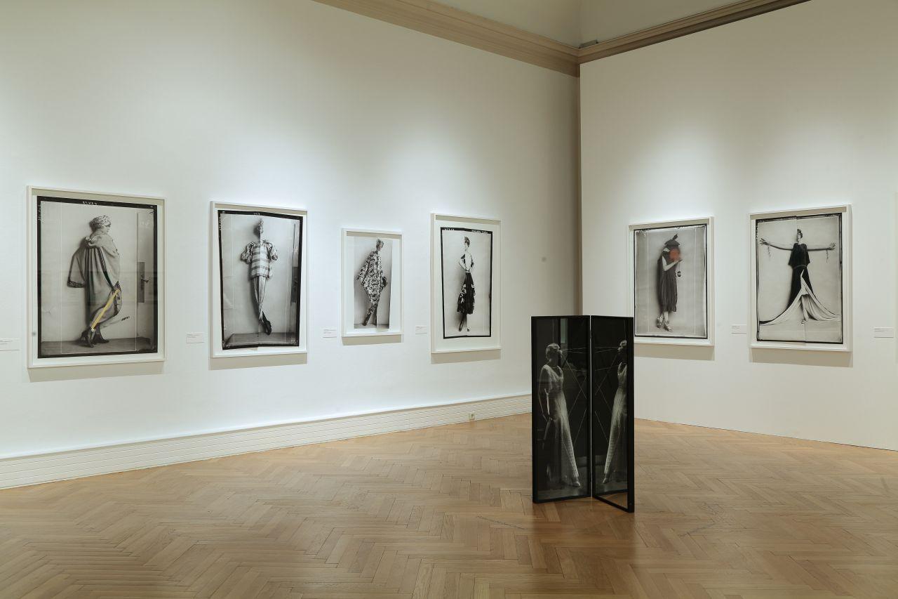 """Blick in die Ausstellung """"Mode Momente. Fotografinnen im Fokus"""". 19. Juni bis 15. September 2019, Landesgalerie Linz."""