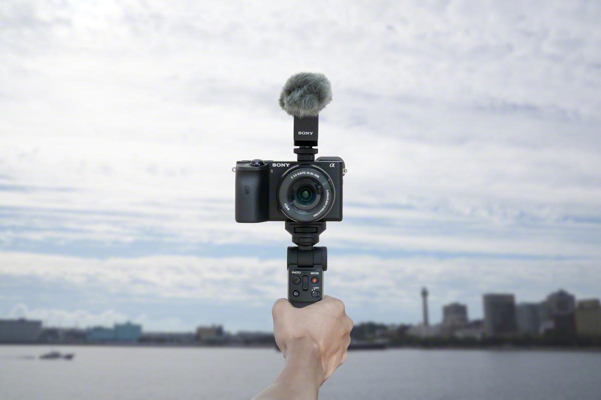 Kabelloser Komfort: Der Aufnahmegriff GP-VPT2B von Sony wird via Bluetooth mit der Kamera verbunden.