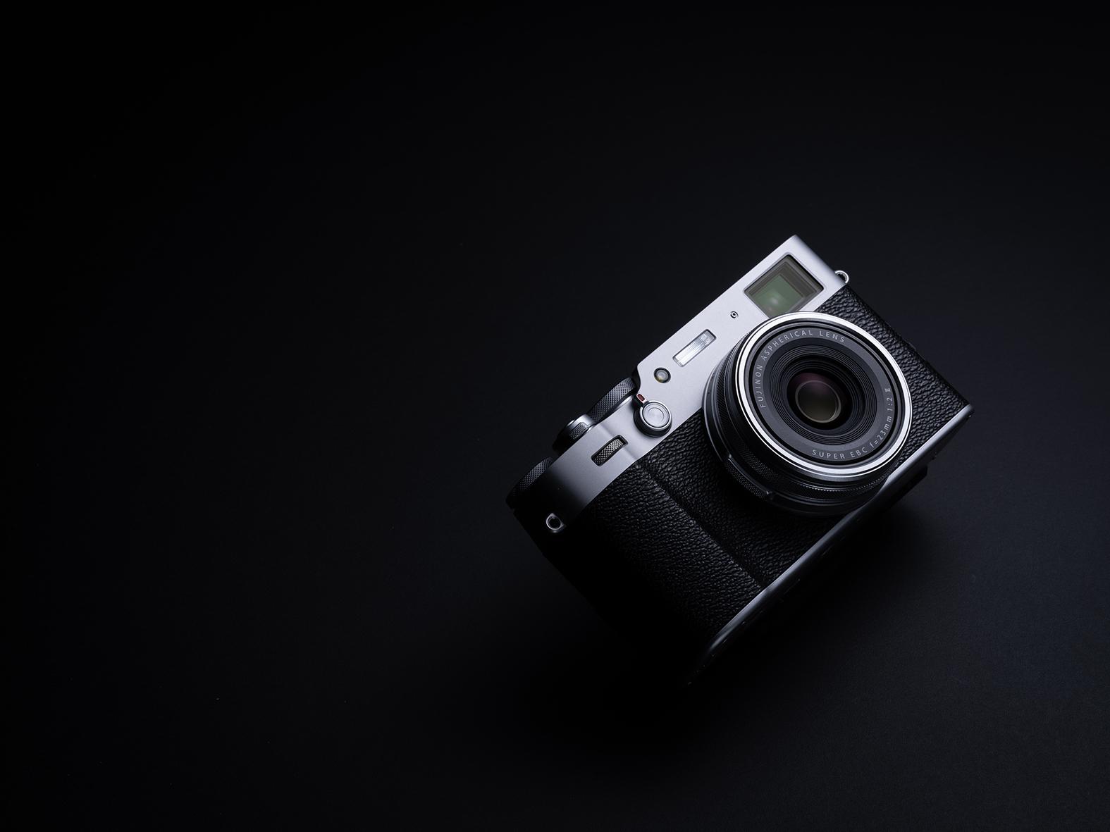 Die Fujifilm X100V kombiniert moderne Fototechnik mit schickem Aussehen.