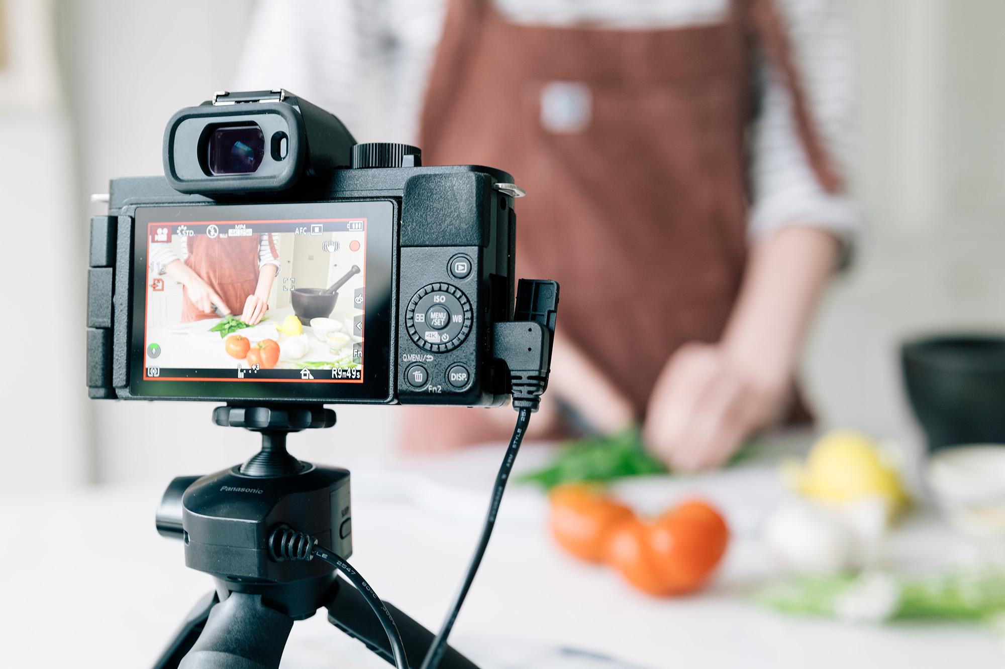 Die extrem kompakte Systemkamera LUMIX G110 ist jedem Smartphone überlegen. Sie bietet einen MFT-Sensor mit einer Auflösung von 20 Megapixel, einen hochauflösenden Sucher, ein dreh- und schwenkbares Touch-Display sowie 4K-Video mit OZO Audio-System.