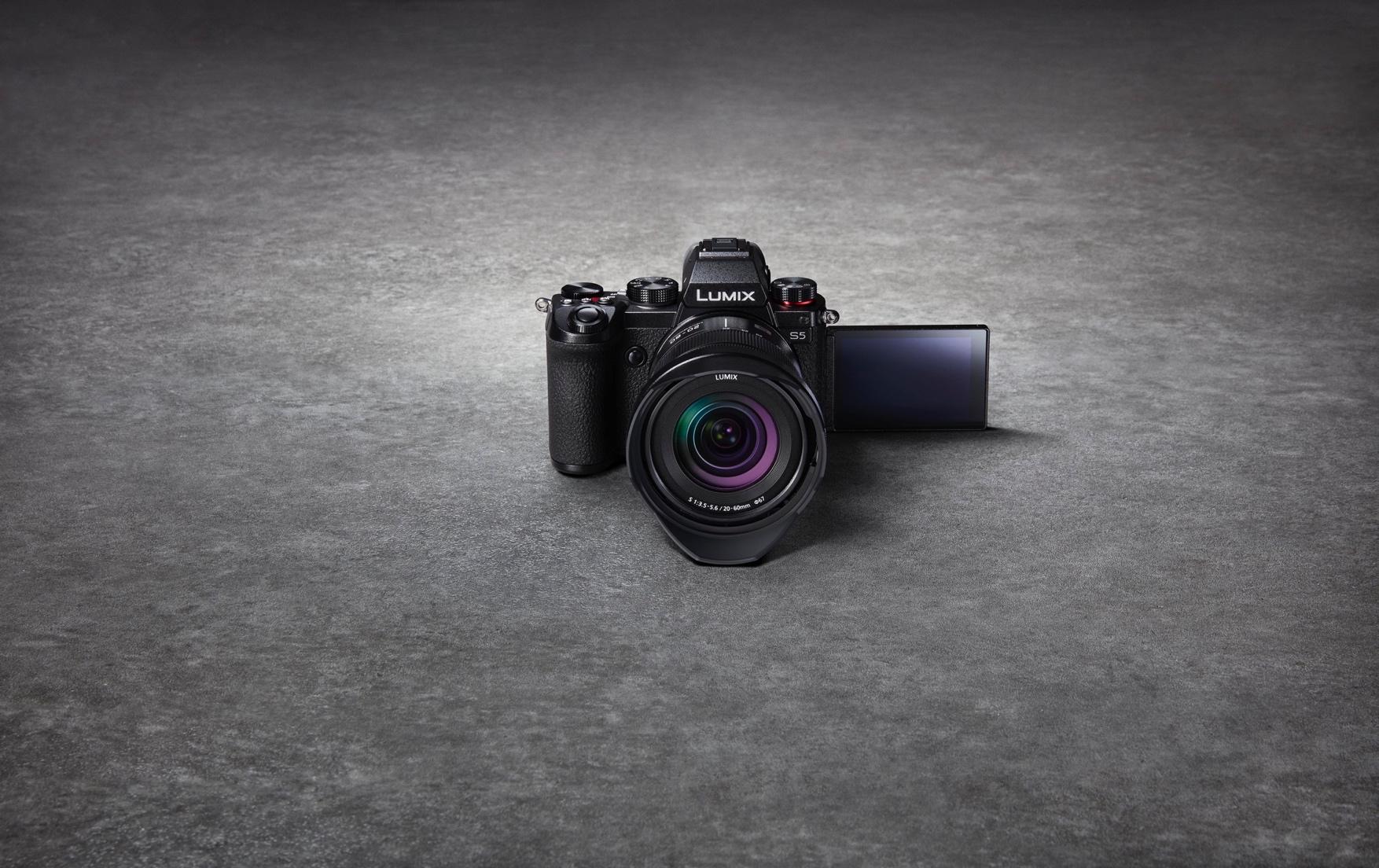 Die Panasonic Lumix S5 ist eine kompakte und leistungsfähige Vollformatkamera in einem extrem kompakten Gehäuse. Mit der Kamera bekommt die L-Mount Allianz von Panasonic, Leica und Sigma einen weiteren Zuwachs für ambitionierte Fotografen und Videografen.