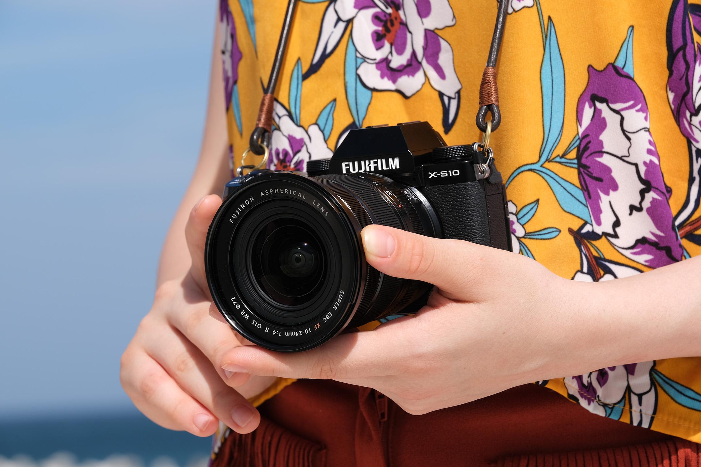 Die Fujifilm X-S10 ist ab Ende November 2020 nur als Gehäuse oder im Kit mit verschiedenen Objektiven im Handel erhältlich. (c) Fujifilm