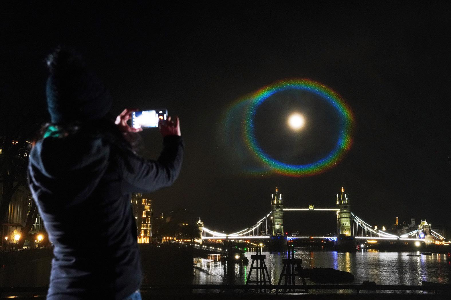 Ein Mondregenbogen (engl. Moonbow) über London, das ist ein seltenes Mondscheinphänomen, das von OnePlus für die OnePlus 9 Serie nachgebildet und gemeinsam mit Hasselblad (den Machern der Kamera, die das erste Bild auf dem Mond aufgenommen hat) entwickelt wurde. Die Installation wurde entwickelt, um die Echtfarben-Fähigkeiten des Handsets zu präsentieren, und ist der Startschuss für die True-Colour-Kampagne von OnePlus. (c) OnePlus