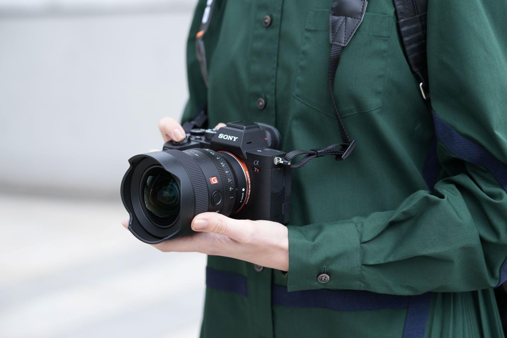 Das FSony E 14 Millimeter F1.8 GM (Modell SEL-14F18GM). ist ein kompaktes Ultraweitwinkelobjektiv für Sonys Vollformatkameras. (c) Sony