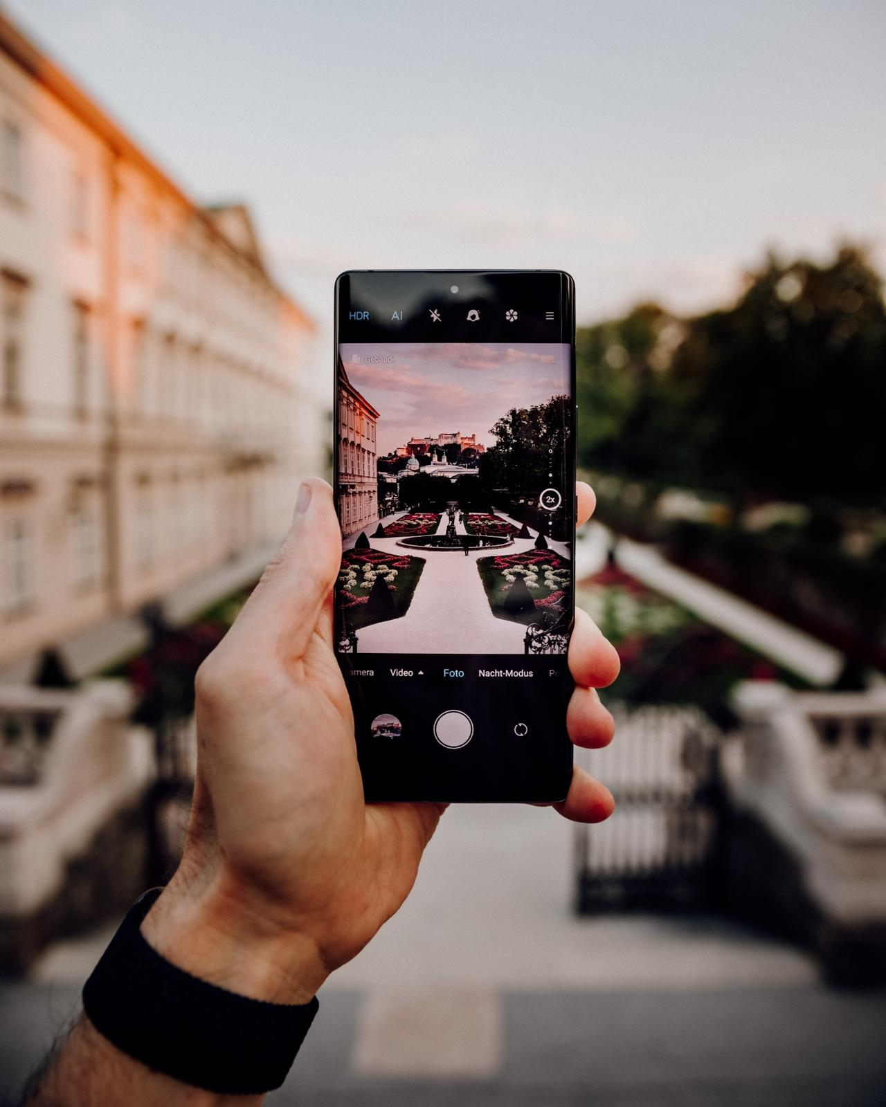 Städtefotografie mit dem Smartphone: In diesem Bild von Patrick Langwallner wird das Smartphone Teil des Stadtfotos. (c) Patrick Langwallner